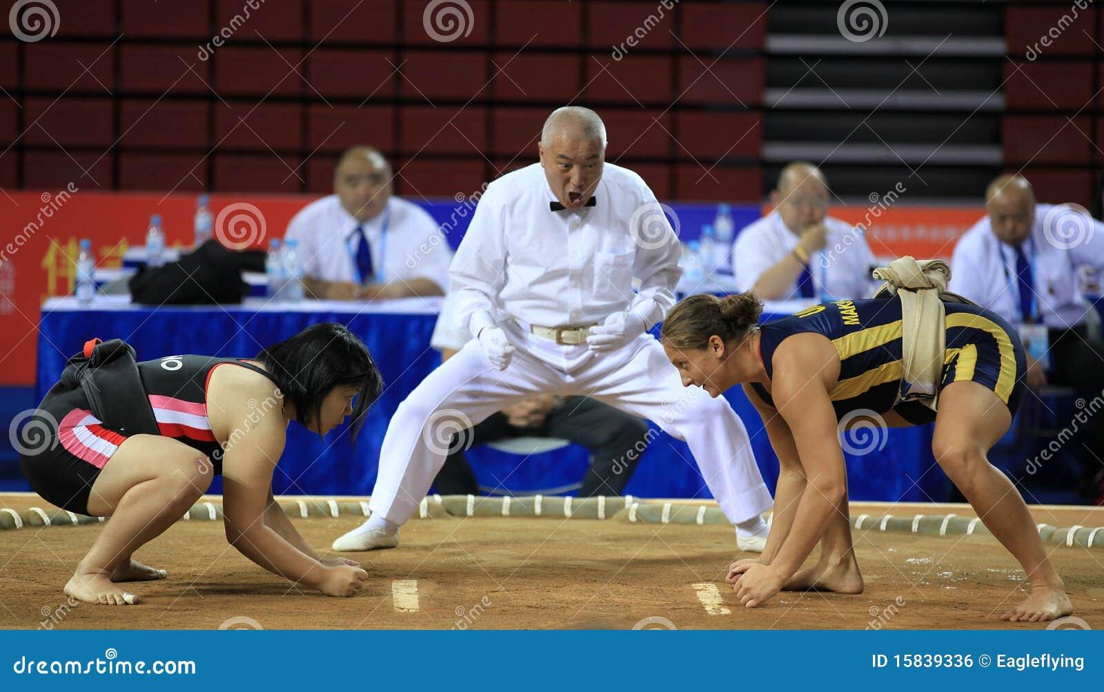 mujeres entre juegos lucha de