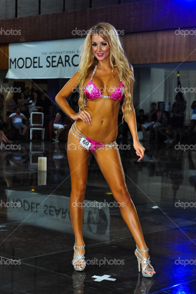 model walk figure bikini