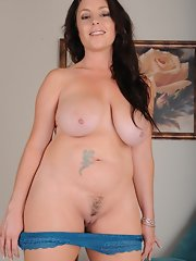 mom porn curvy brunette